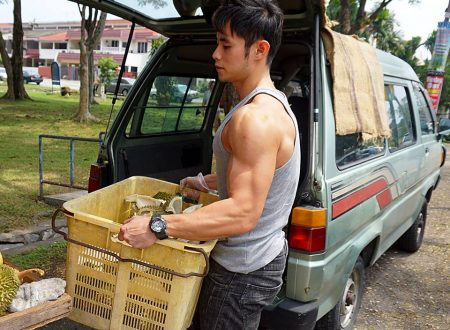 """""""Durian Hunk"""" selling durians to help his untie"""