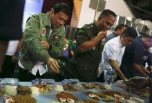 President Duterte joins boodle fight with Airmen in Villamor Airbase